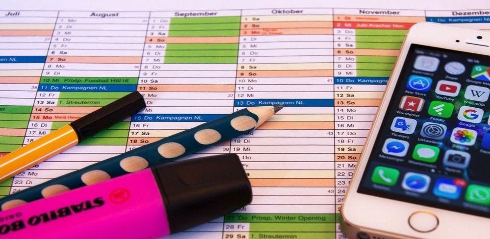 cronograma de estudos oab, de uma lado uma caneta, um lápis e um marca-texto, do outro um celular