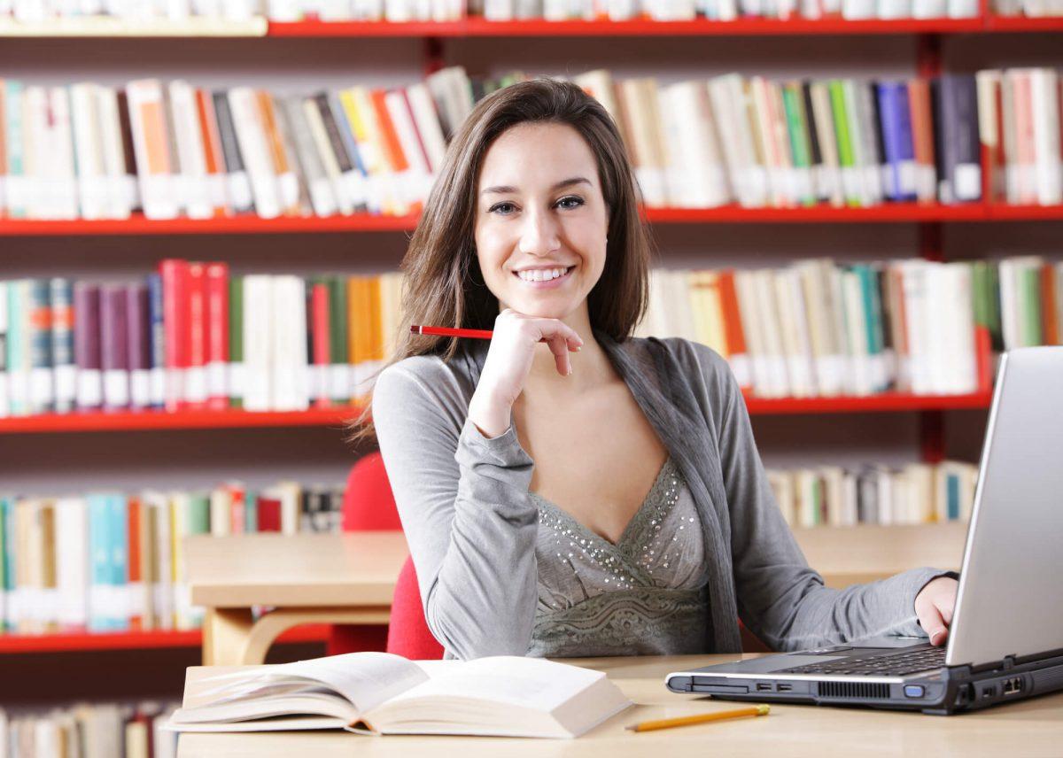Estudante em uma biblioteca