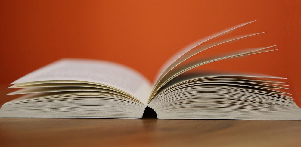 Melhor Vade Mecum para OAB: livro aberto em cima de uma mesa em um fundo laranja
