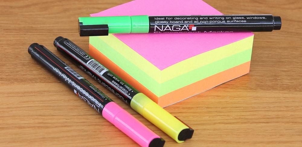 como marcar o vade mecum: canetas e post-its coloridos