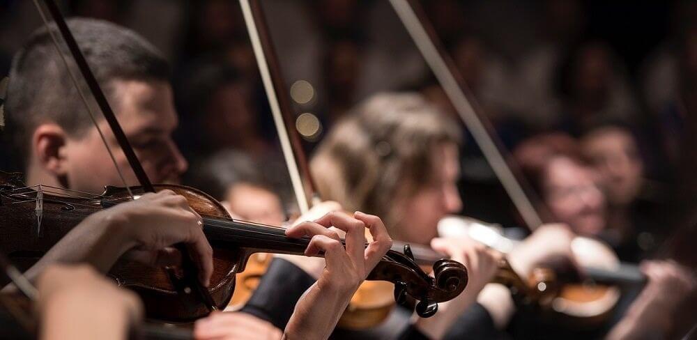 Lei Rouanet: pessoas tocando violino em uma orquestra
